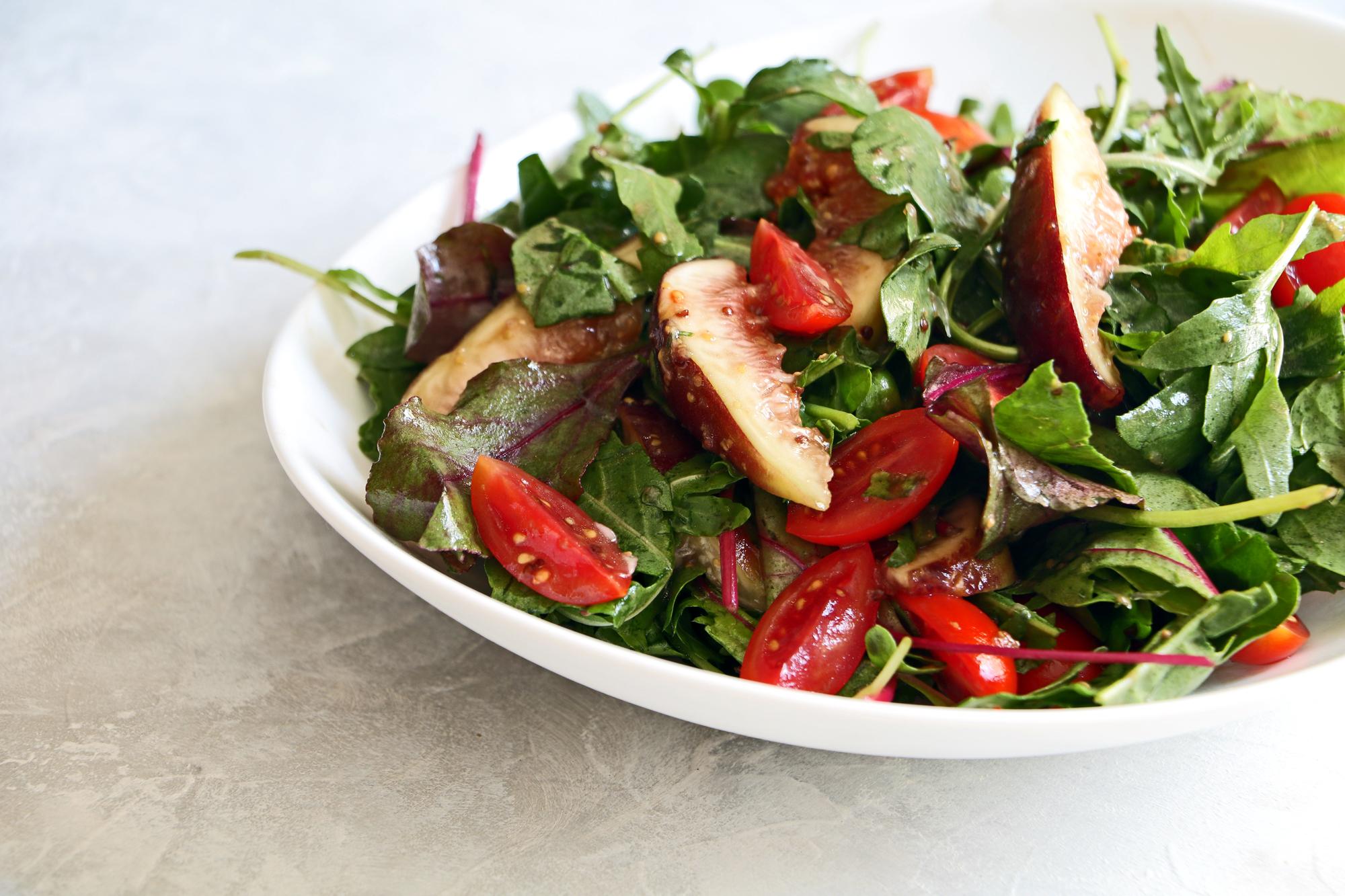 סלט ירוק עם תאנים ועגבניות שרי